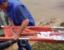Integrantes de la Armada Nacional de Colombia rescatan a una mujer y sus tres hijos que estaban extraviados en la selva. (Imagen tomada de video de CNN).