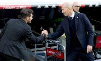 GRAF2635. MADRID, 01/02/2020.- El entrenador Diego Simeone (i) del Atlético de Madrid se saluda con el del Real Madrid Zinedine Zidane, durante el partido de la jornada 22 de LaLiga Santander, disputado este sábado en el estadio Santiago Bernabéu. EFE/Rodrigo Jiménez