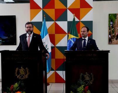 El ministro de Relaciones Exteriores de Guatemala, Pedro Brolo (a la derecha), y el canciller de Brasil, Ernesto Fraga Araujo (izquierda), se reunieron este miércoles 19 de febrero en Guatemala. (Foto, Prensa Libre: Efe).