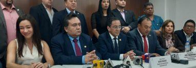 Autoridades informan acerca de la alerta por el coronavirus. (Foto Prensa Libre: Dulce Rivera)