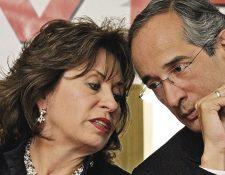 El presidente Alvaro Colom, en la firma de un acuerdo para instalar una mesa de diálogo en el 2011, junto a su entonces esposa Sandra Torres. (Foto Prensa Libre: Hemeroteca PL)