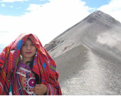 Traje ceremonial de Sololá se luce junto a paisaje que ofrece el Volcán de Fuego
