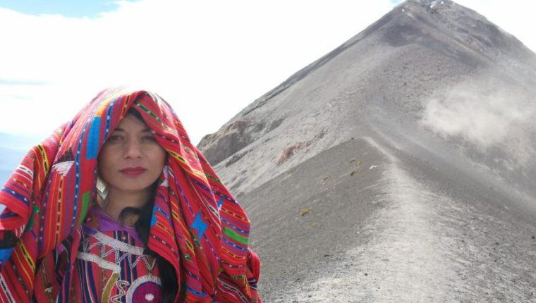 Patricia Hernández luce en el Volcán de Fuego el traje ceremonial de Sololá. (Foto Prensa Libre: Cortesía Immer Racanac)
