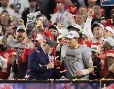 Kansas City Chiefs celebra con el trofeo Vince Lombardi después de vencer a los 49ers. (Foto Prensa Libre: EFE)