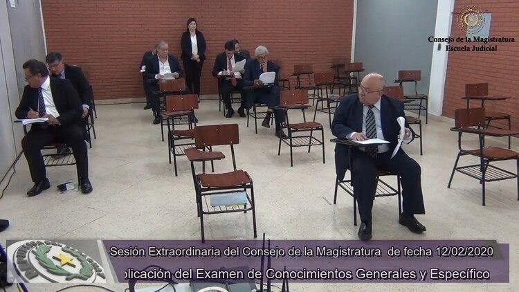 En el video se puede observar cómo los candidatos hablan entre sí en pleno examen. (Foto Prensa Libre: captura de pantalla)