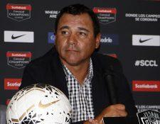 Mauricio Tapia, entrenador crema, durante la conferencia de prensa en México. (Foto Prensa Libre: Cortesía Sherly Pérez)