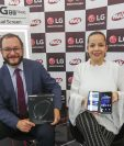Martin Prera, director de Mercadeo de Grupo Distelsa, y Karen Santizo, gerente de mercadeo regional de LG. Foto Prensa Libre: Norvin Mendoza