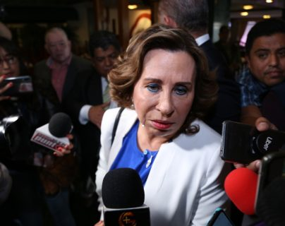 Sandra Torres llega a un hotel de la 4 capitalina para reunirse con diputados de la bancada UNE. (Foto Prensa Libre: Noé Medina).