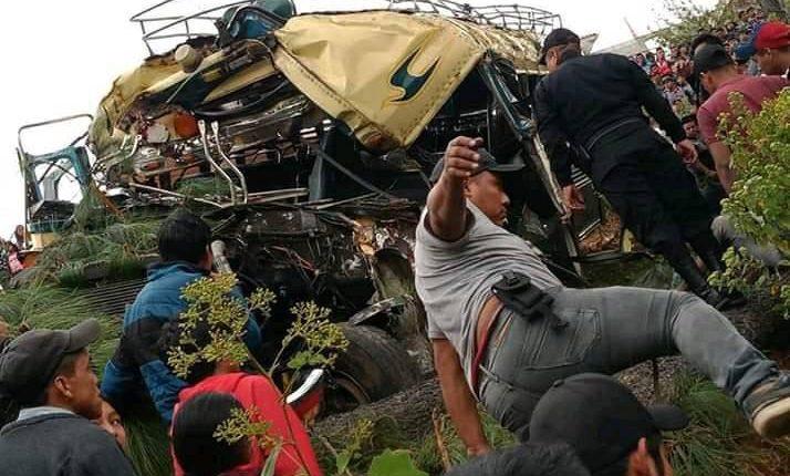 Un muerto dejó el accidente de un autobús en Santa María Chiquimula, Totonicapán. ( Foto Prensa Libre: Cortesía)