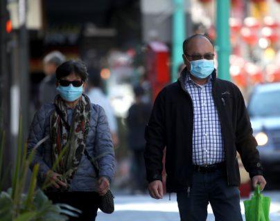 Californianos utilizan mascarillas al caminar por la calle en San Francisco. (Foto Prensa Libre: AFP)