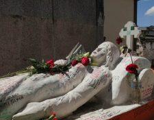 Para el 14 de febrero en Quetzaltenango algunas personas acostumbran a visitar la tumba de Vanushka. (Foto Prensa Libre: María Longo)
