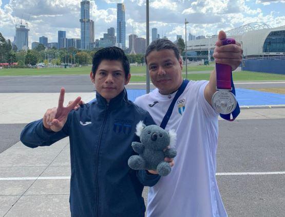 Jorge Vega luce orgulloso su medalla de plata junto a su entrenador Rodman Murga. (Foto Prensa Libre: Jorge Vega)