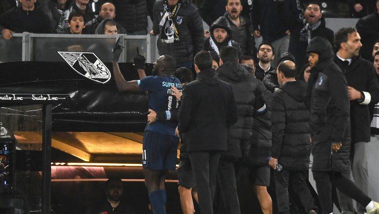 El jugador no soportó el trato de la afición. (Foto Prensa Libre: EFE)