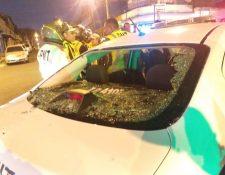 La patrulla donde se transportaban agentes de la PMT quedó destruida. (Foto Prensa Libre: PMT)