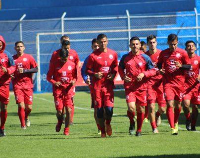 Debido al poco tiempo para preparar el juego hoy se planificó un trabajo de recuperación. (Foto Prensa Libre: Raúl Juárez)