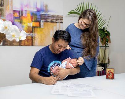 En febrero de 2019, Marcos Antil firma el compromiso de venta de XumaK, que conllevó un proceso de estudio y análisis que duró  un año, junto a su esposa, Yana, y su hija Lucía. (Foto Prensa Libre: Cortesía)