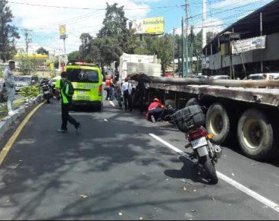 Un árbol cayó sobre un cabezal  y un motorista en la ruta Interamericana (Foto Prensa Libre: Conred)