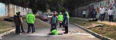 Empleados municipales detectaron la formación de una caverna en el bulevar principal de la colonia Pablo VI en la zona 7 de Mixco. (Foto Prensa Libre: Miriam Figueroa)