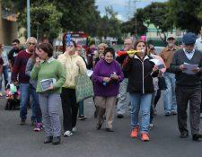Los vecinos de Ciudad Nueva realizaron una caminata pacífica en la colonia para denunciar la falta de agua. Foto Prensa Libre: Érick Ávila