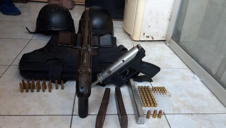 Las tres personas fueron detenidas en Villa Nueva con armas y un chaleco antibalas. Foto Prensa Libre: Policía Nacional Civil (PNC).