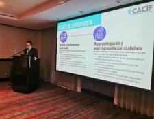 Juan Carlos Tefel presentó a los medios esta mañana la propuesta del Cacif. (Foto Prensa Libre: Paula Ozaeta)