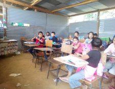 Los estudiantes de la Escuela Oficial Rural Mixta de la aldea Carin, en La Unión, Zacapa, reciben clases en galeras. (Foto Prensa Libre: Wilder López)