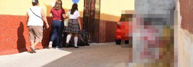 Estudiantes de la Escuela Normal Intercultural de Zacapa caminan entre la contaminación en la 5 calle de la zona 1 de Zacapa. (Foto Prensa Libre: Wilder López)