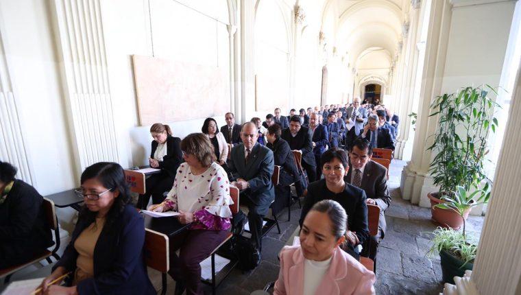 Los 90 profesionales que cumplieron con los requisitos formales realizaron la prueba psicométrica en el Museo de la Universidad de San Carlos (Musac). (Foto Prensa Libre. Miriam Fiqueroa)