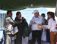 Óscar Chojolán, alcalde de Cantel, entrega una chumpa al presidente Alejandro Giammattei que visitó este municipio. (Foto Prensa Libre: Raúl Juárez)