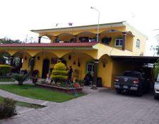 Los detenidos reportaban salarios de Q1 mil 500 pero tenían lujosas viviendas. (Foto Prensa Libre: MP)