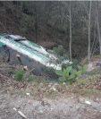 El autobús quedó en el fondo del barranco de 10 metros de profundidad. (Foto Prensa Libre: Fredy de León)