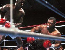 Mike Tyson cae a la lona ante la mirada de su verdugo Buster Douglas. (Foto Prensa Libre: Hemeroteca PL)