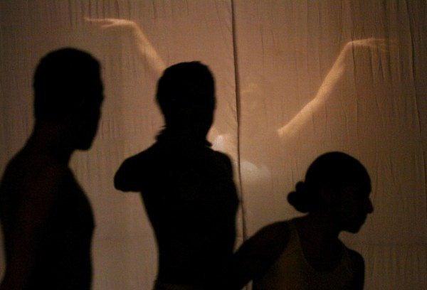 Imaginar a la pareja en relaciones anteriores pone en duda la exclusividad del celoso y desencadena un miedo irracional a perder a la persona amada. (Foto Prensa Libre: EFE).