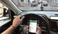 Persona conduciendo,  chateando y hablando  por Celular .  Fotografía: Erick Avila.                09/05/2018