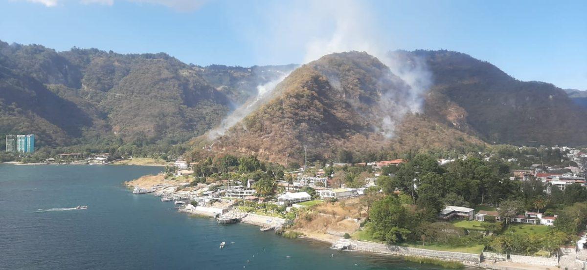 Conred recurre a un helicóptero para apagar incendio en Panajachel