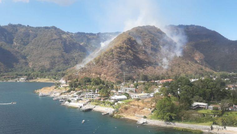 Autoridades acudieron a Panajachel, en Sololá, para controlar un incendio forestal en el cerro Santa Elena. (Foto Prensa Libre: Cortesía)