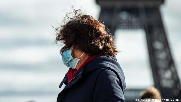 El fuerte aumento de casos de coronavirus en Italia ha provocado pánico en los mercados europeos. (picture-alliance/NurPhoto/J. Gilles)