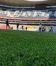 Jugadores cremas en el Estadio Azteca. (Foto Prensa Libre: Comunicaciones FC).