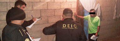 Investigadores de la Policía Nacional Civil notifican a una persona sobre el allanamiento en la vivienda. (Foto Prensa Libre: Cortesía)
