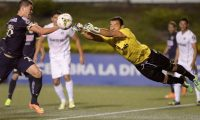 Martin Zuniga (L) of Mexico's America vies for the ball with goalkeeper David Guerra of Comunicaciones FC from Guatemala during the CONCACAF Champions League at Cementos Progreso Stadium in Guatemala city on August 26, 2014. AFP PHOTO/Johan ORDONEZ