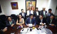 Un grupo de diputados, encabezado por Carlos Barreda -al centro- piden la expulsión de Sandra Torres del partido UNE. (Foto Prensa Libre)