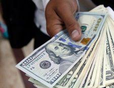 La abundancia de dólares en el mercado cambiario está presionando a la baja en el tipo de cambio a principio de año. (Foto Prensa Libre: Hemeroteca)