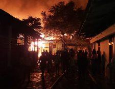 Curiosos observan las llamas del incendio en el centro de Mazatenango. (Foto Prensa Libre: Marvin Tunchez)