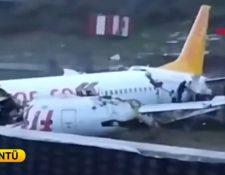 El avión quedó partido en medio de la pista. (Foto Prensa Libre: EFE)