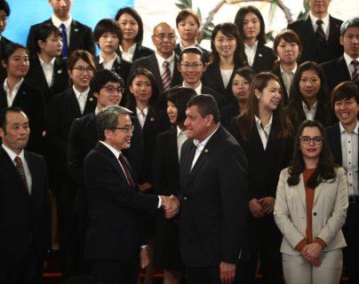 El vicepresidente Guillermo Castillo saluda al embajador de Japón en Guatemala, Tsuyoshi Yamamoto. (Foto Prensa Libre: Carlos Hernández)