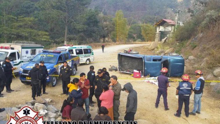 El picop quedó volcado en el camino de terracería. (Foto Prensa Libre: B. Departamentales)