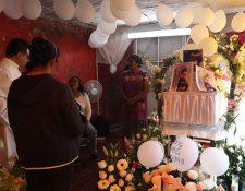 Familiares y amigos de la familia de la niña Fatima, durante su funeral  en el barrio Tulyehualco de la Ciudad de México. (Foto Prensa Libre: EFE)