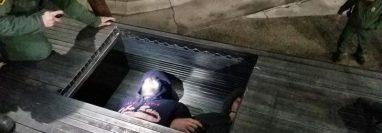 Los migrantes iban escondidos entre la estructura metálica. (Foto Prensa Libre: CBP.gov)