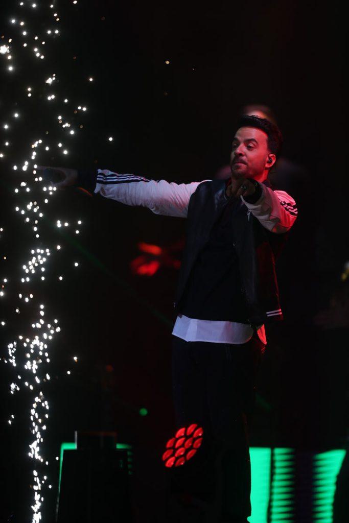 """Fonsi puso a bailar a los asistentes con el tema """"Échame la culpa"""", éxito que lanzó en 2017 y que canta a dúo con Demi Lovato. (Foto Prensa Libre: Keneth Cruz)"""