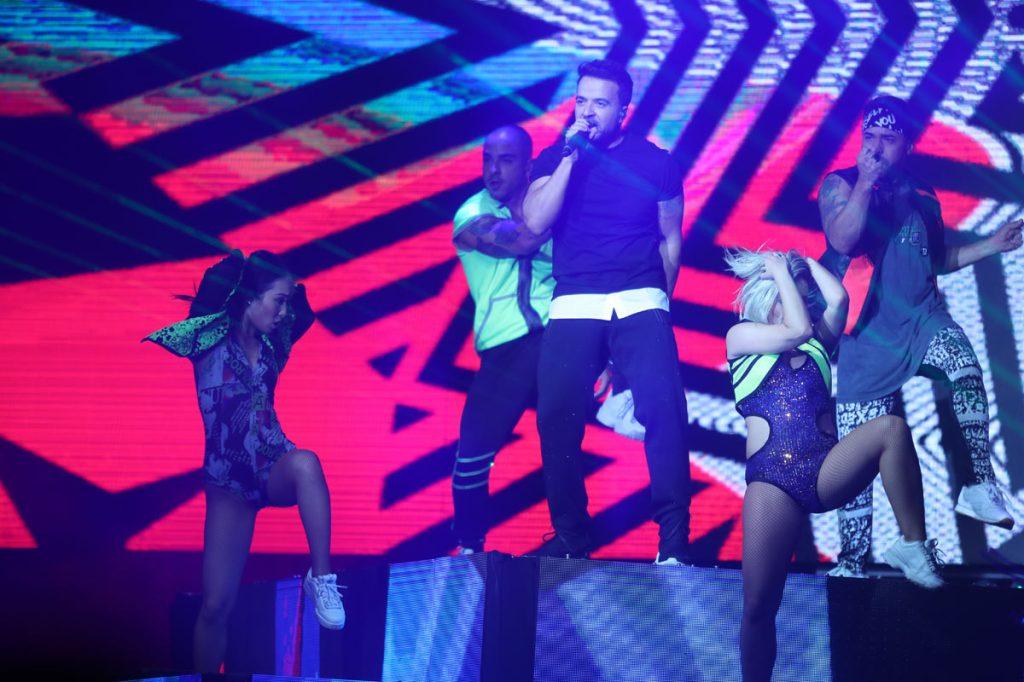 """Fonsi también interpretó """"Date la vuelta"""", tema que lanzó en 2019 junto a Sebastián Yatra y Nicky Jam. (Foto Prensa Libre: Keneth Cruz)"""